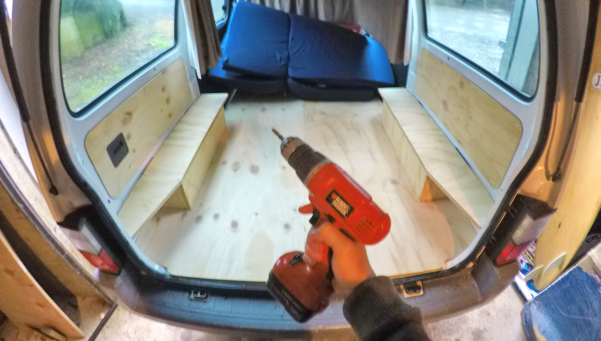 am nager son van tape 3 le lit et ses supports. Black Bedroom Furniture Sets. Home Design Ideas